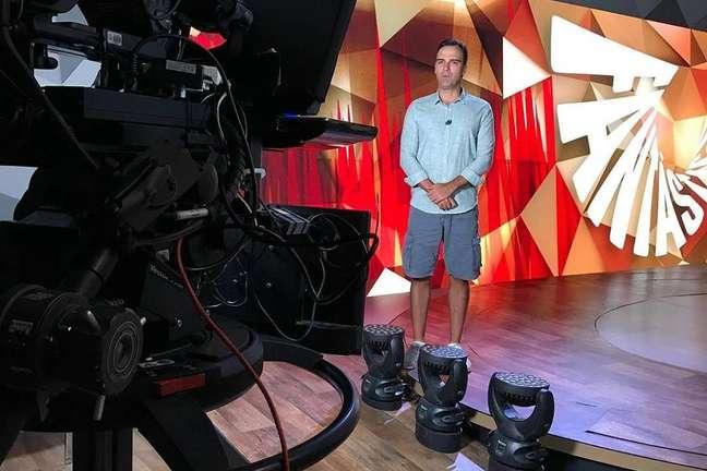 Tadeu Schmidt com visual de praia ao gravar chamada do 'Fantástico'