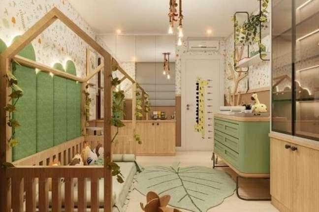 36. O tapete folha realça a beleza do quarto de bebê safári verde. Projeto de Mariana Cargnin