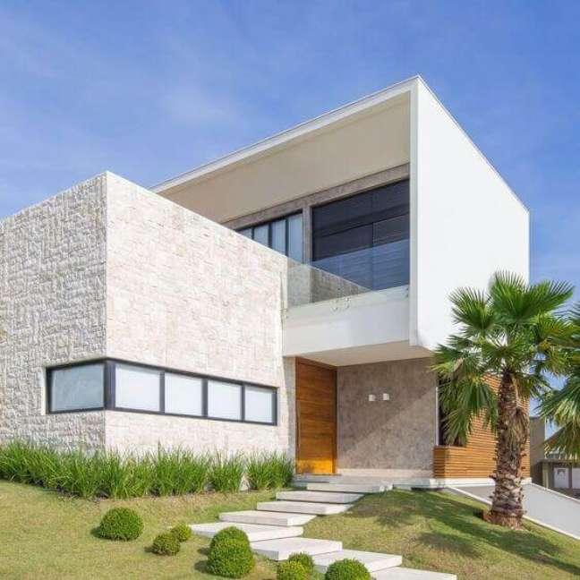 32. Cores para fachadas de casas com revestimento branco e madeira – Foto decostore