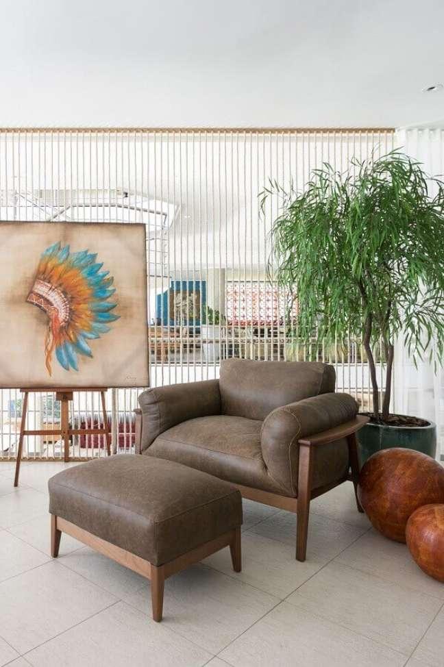 33. Decoração de varanda com vaso de chão grande e poltrona confortável com puff – Foto: Art Ville Móveis