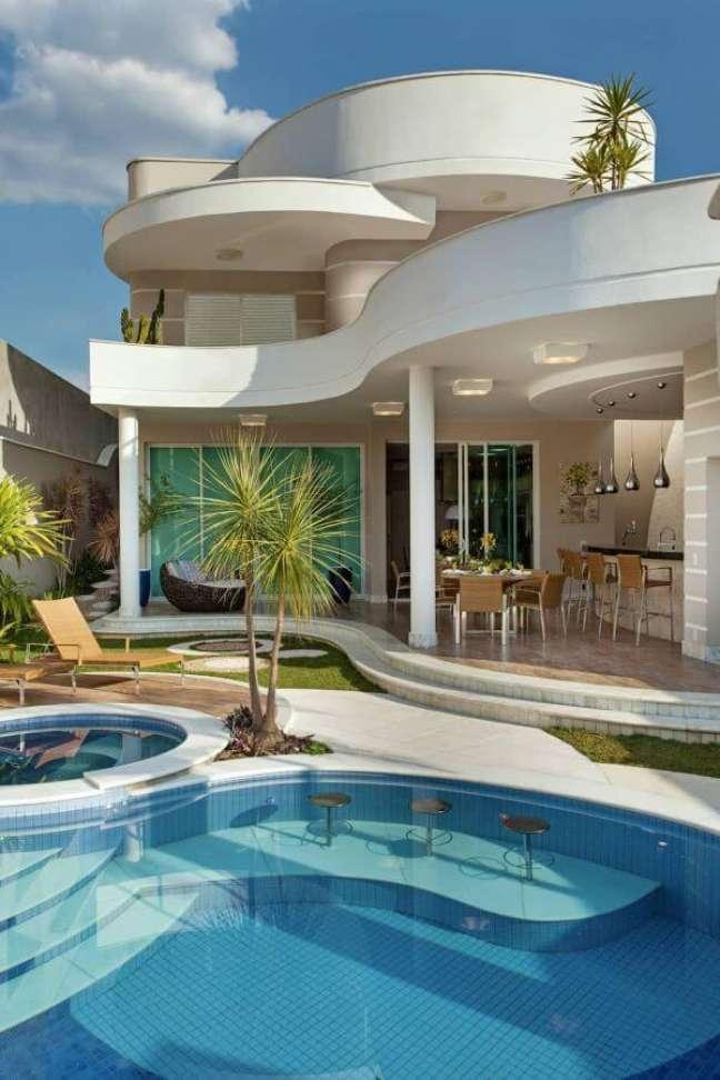 36. Área gourmet com piscinas modernas e estrutura de madeira – Foto Pinterest
