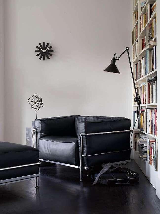 1. Decoração de cantinho de leitura com poltrona confortável com puff preto – Foto: Pinterest