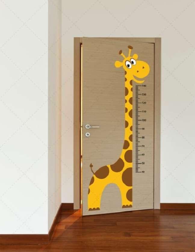 55. Que tal investir nesse adesivos de porta para o quarto de bebê safári? Fonte: Pinterest