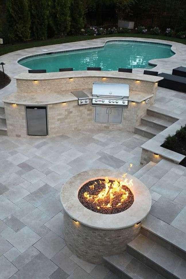 68. Área externa com piscinas modernas e lareira – Foto Brianstratton