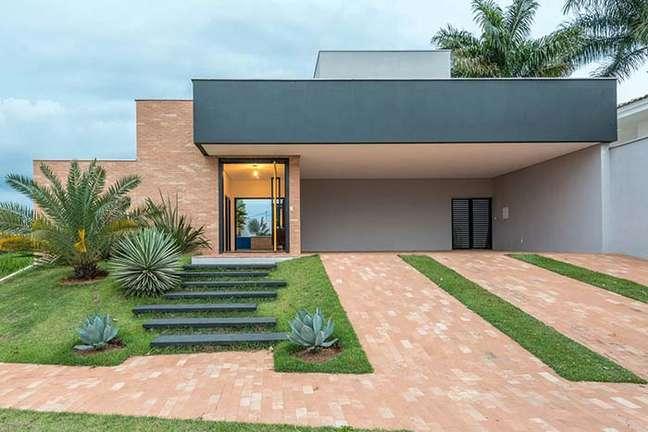 25. Cores para fachada de casas modernas com parede de tijolinho rustico – Foto Pinterest