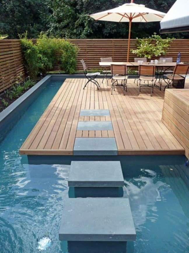 58. Guarda sol para piscinas modernas com mesa grande para receber amigos – Foto Pinterest