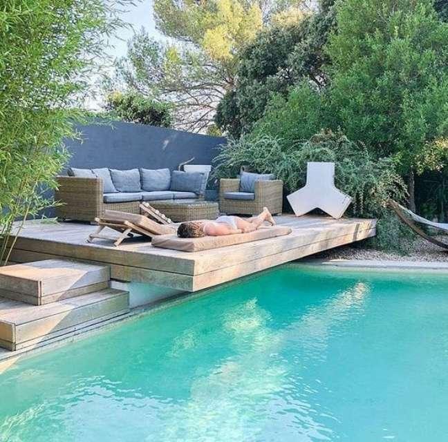 95. Piscinas modernas com deck de madeira para colocar sofás e poltronas para relaxar – Foto Casa Tres Chic