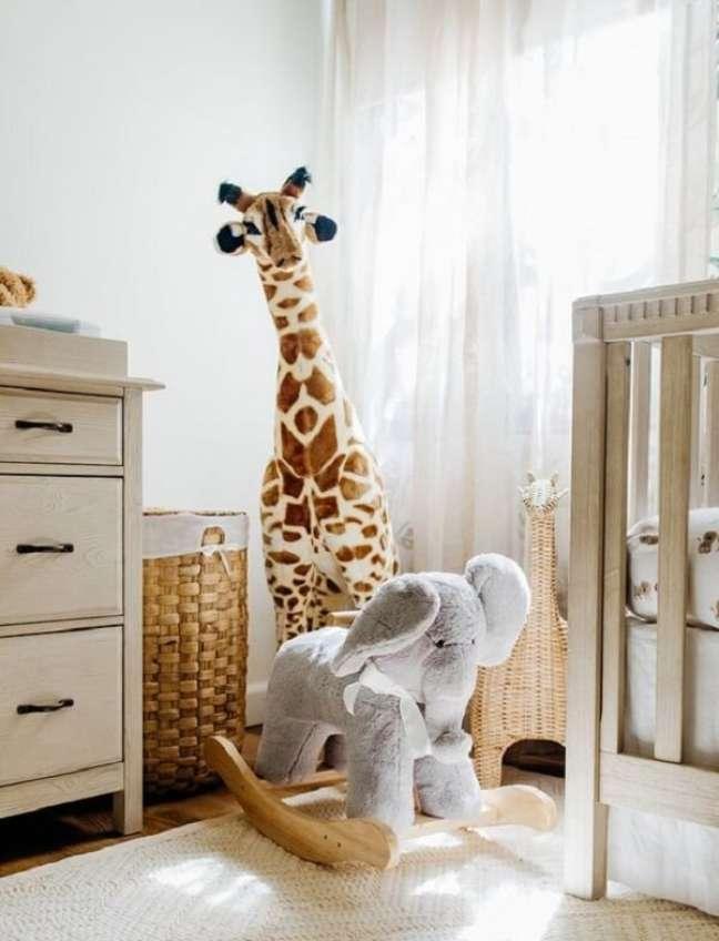 7. Os brinquedos do quarto de bebê safari decoram e alegram o ambiente. Fonte: Pinterest