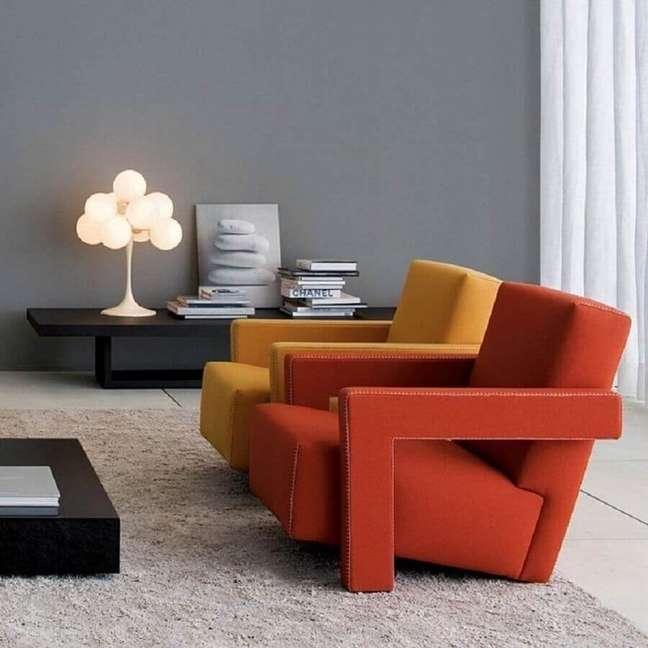 2. Decoração de sala de estar cinza com poltronas confortáveis e modernas – Foto: Montacasa