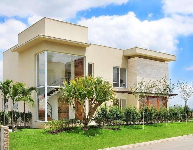 83. Cores para fachada de casas bege com jardim – Foto Quitete Faria