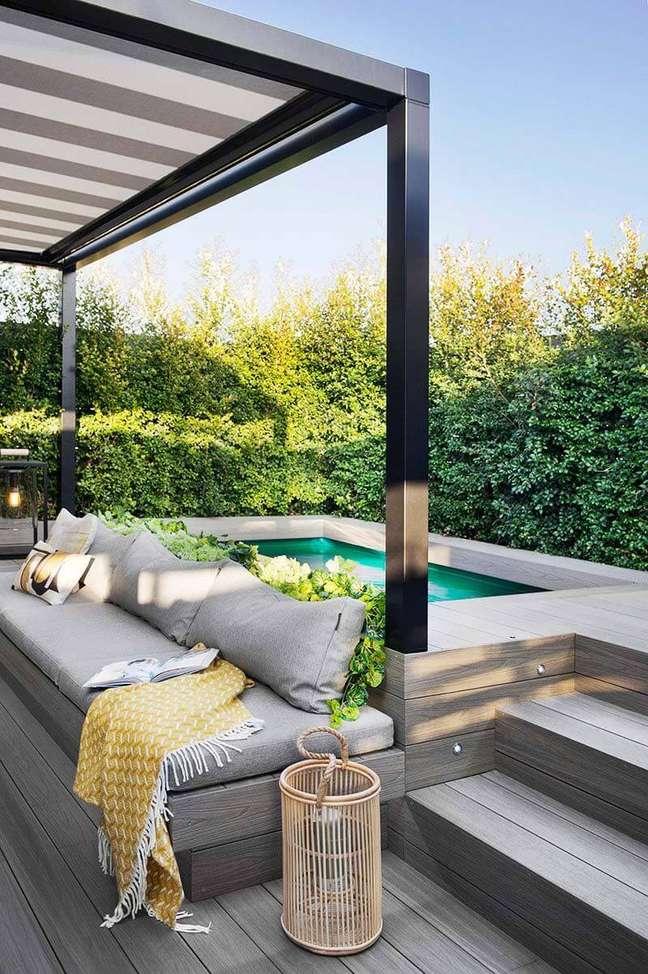 96. Piscinas modernas com espaço para sofá no pergolado – Foto Pinterest
