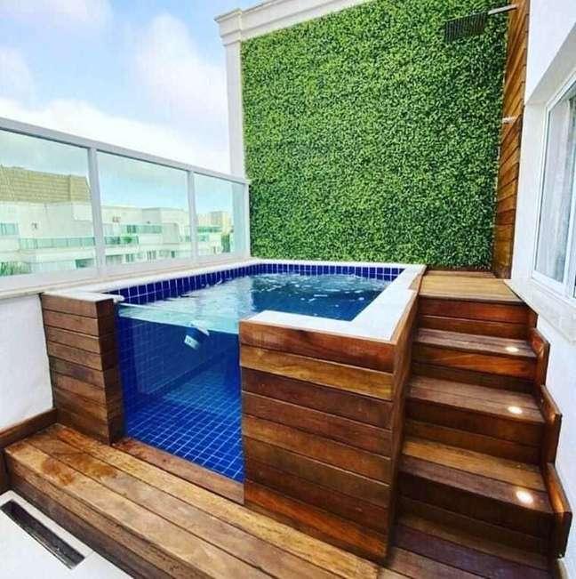 66. Aproveite a piscina elevada em ambientes pequenos – Foto Pinterest