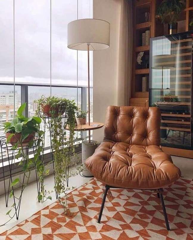 63. Poltrona confortável para varanda de apartamento decorado com tapete geométrico – Foto: Pinterest