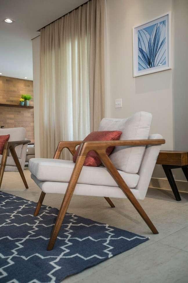 29. Decoração de sala de estar bege com poltrona confortável de madeira – Foto: Luciana Mota