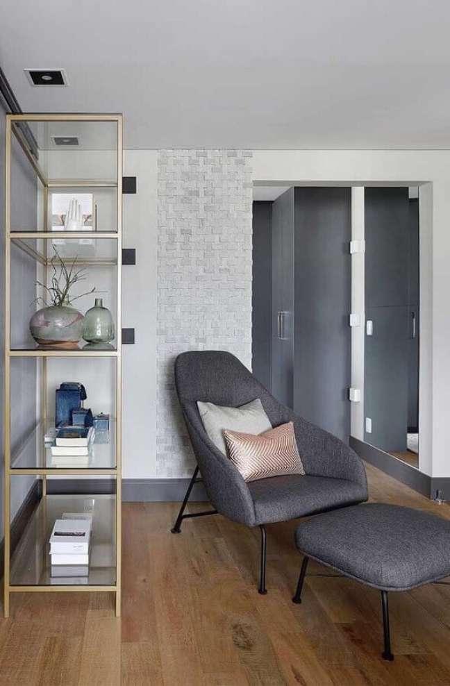60. Poltrona confortável para sala decorada com estante de vidro – Foto: Pinterest