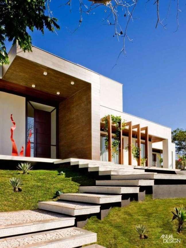 57. Fachada de casa moderna com revestimento de madeira e escada de pedra – Foto Anual Design