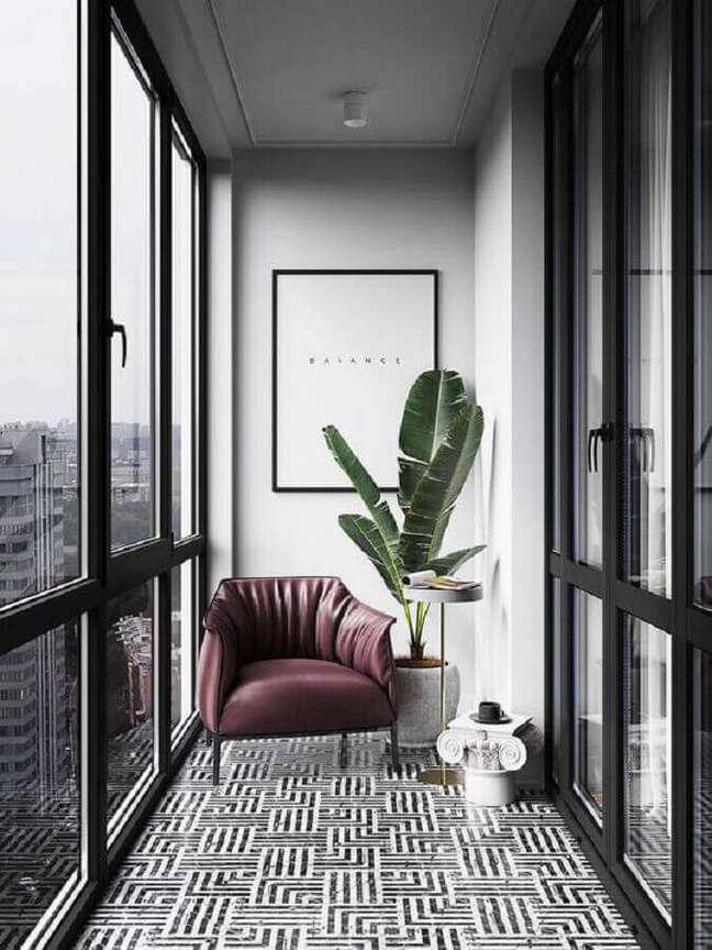 19. Decoração com poltrona confortável para varanda pequena e moderna – Foto: Behance