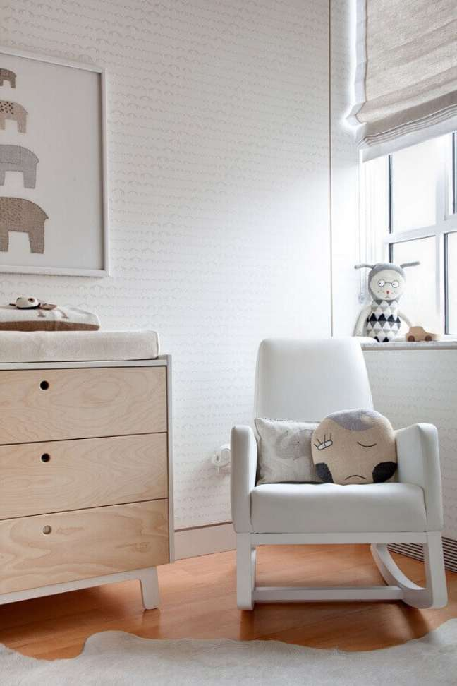 42. Poltrona confortável de balanço para decoração de quarto de bebê branco – Foto: Houzz