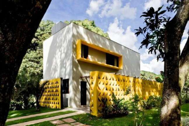 31. Cores para fachadas de casas com cobogó amarelo e tinta cinza – Foto Pinterest
