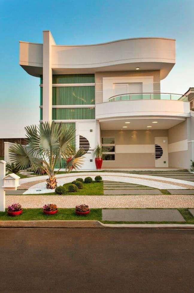 63. Fachadas modernas na cor bege e branco com jardim charmoso ao lado -Foto Homify