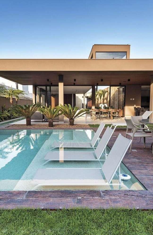2. Coloque as espreguiçadeiras nas piscinas modernas para deixar o ambiente mais confortável – Foto Revista Habitare