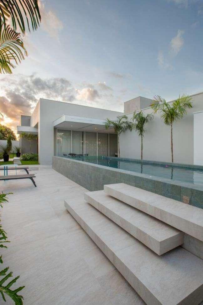 80. Piscinas de vidro são modernas e lindas para mansão – Foto Pinterest