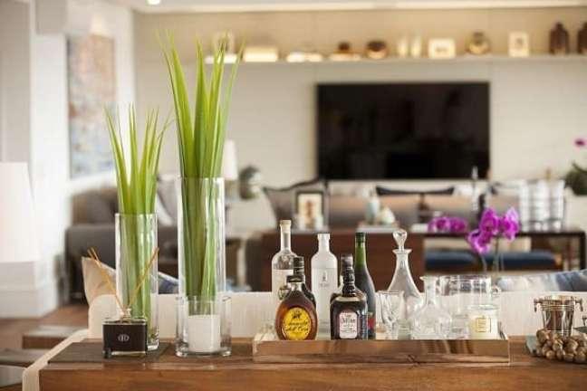 5. A bandeja decorativa para bar traz um charme a parte para a sala de estar. Projeto de Studio FN