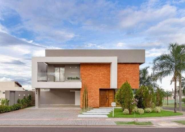 6. Casa moderna com cores para fachada cinza e branca e revestimento de tijolinho – Foto Priscila Valente Arquitetura