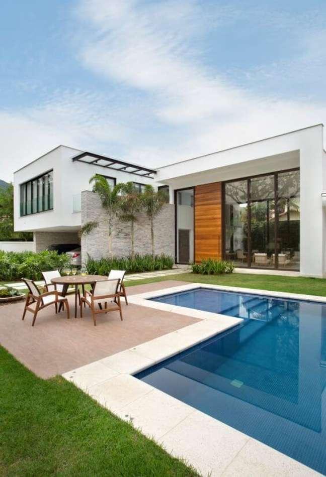 115. Piscinas modernas para casas grandes e sofisticadas e móveis de madeira – Foto homify