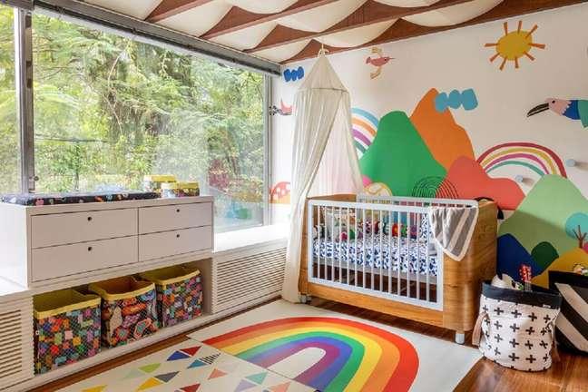 7. Decoração de quarto de bebê com tapete e papel de parede colorido – Foto: Marcos Fertonani para MOOUI
