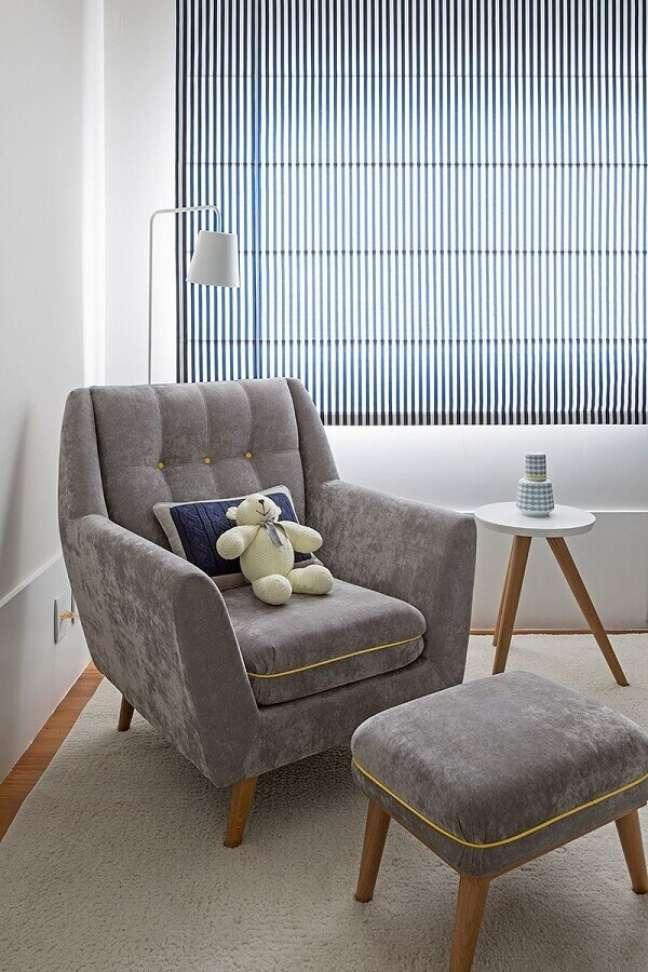 22. Decoração de quarto branco com poltrona confortável com puff cinza – Foto: Karen Pisacane