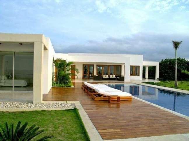 50. Deck de madeira para piscinas modernas em frente a casa – Foto Revista VD