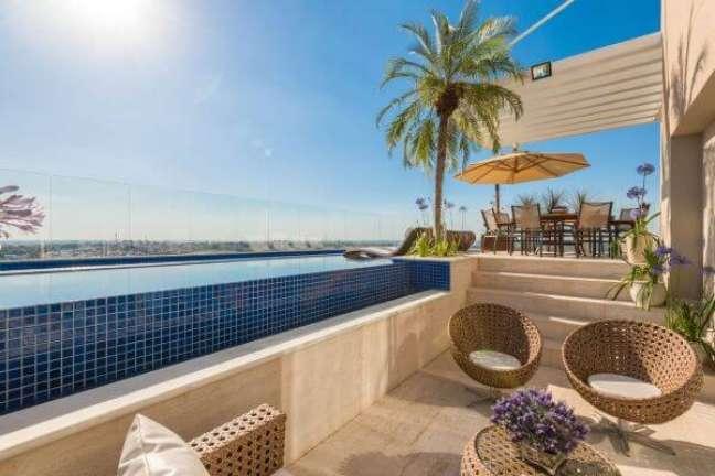 18. Móveis para piscinas modernas e elevadas com borda infinita – Foto Iara Kilaris