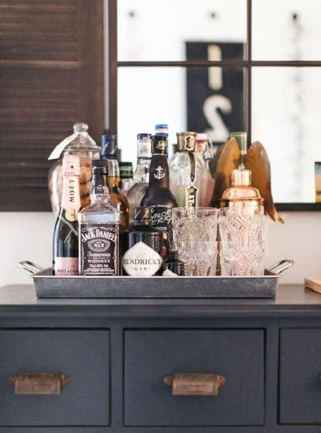 1. Bandeja bar prata combina com diferentes propostas decorativas. Fonte: Pinterest