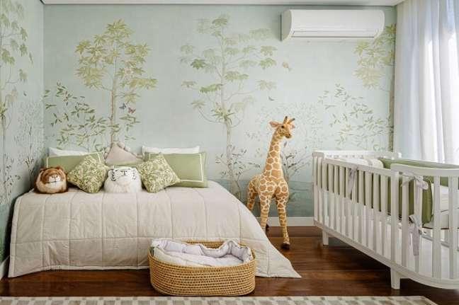35. O papel de parede quarto de bebê safári é o grande destaque do ambiente. Projeto de Maraú Design