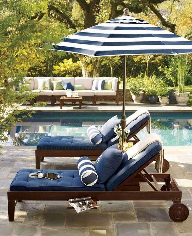 23. Piscinas modernas com decoração com espreguiçadeiras azuis – Foto Hardsadness