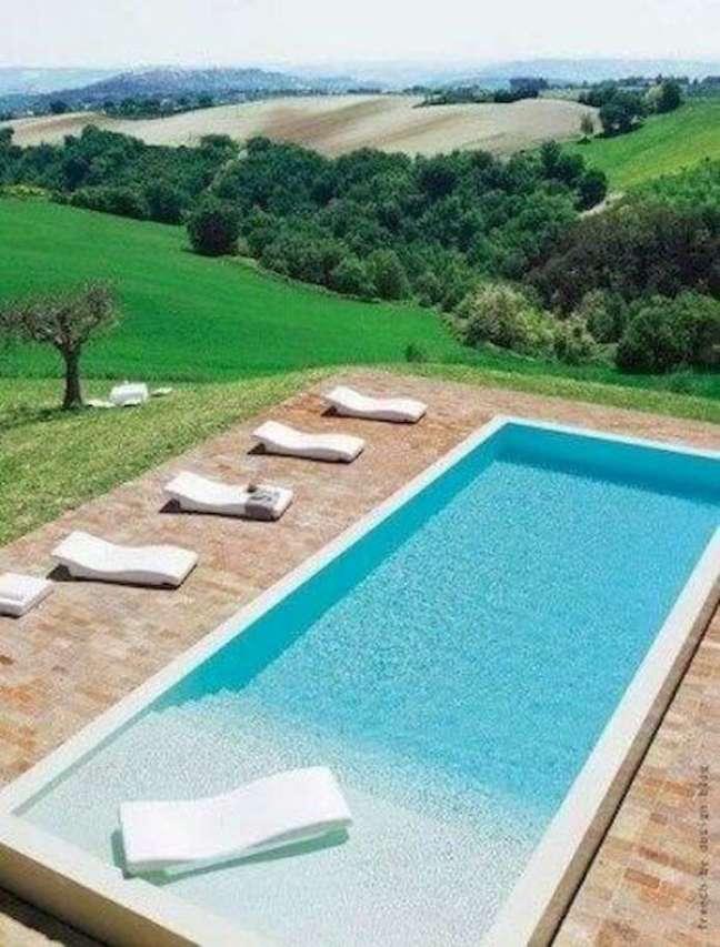 52. Decoração de piscinas modernas com móveis brancos confortáveis – Foto Pinterest