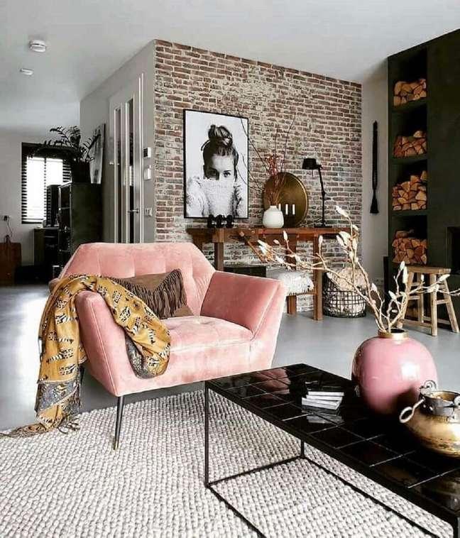 55. Poltrona confortável para sala com decoração industrial – Foto: Apartment Therapy