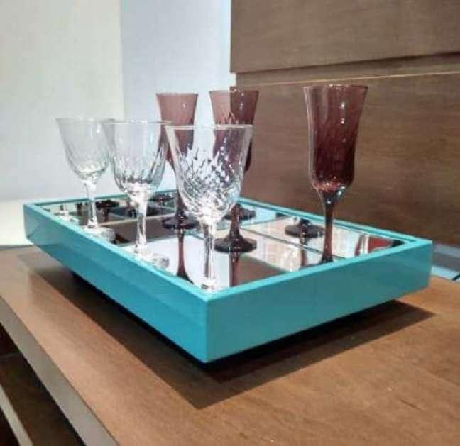 22. As taças podem ficar expostas sobre a bandeja bar espelhada. Fonte: Pinterest