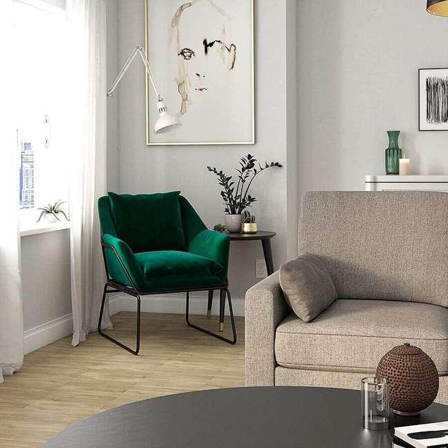 54. Poltrona confortável para sala clean decorada com sofá cinza – Foto: Target
