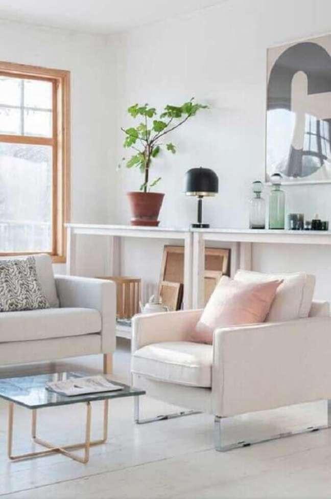 25. Decoração de sala branca com poltrona confortável com pés de metal – Foto: Apartment Therapy