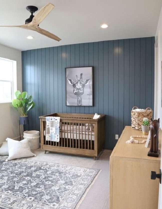 5. Quarto de bebê safari azul com móveis em madeira. Fonte: Pinterest