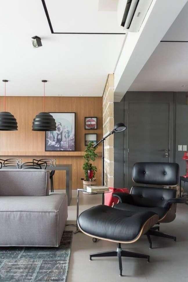 41. Poltrona confortável com puff para decoração de sala cinza moderna – Foto: Jeito de Casa