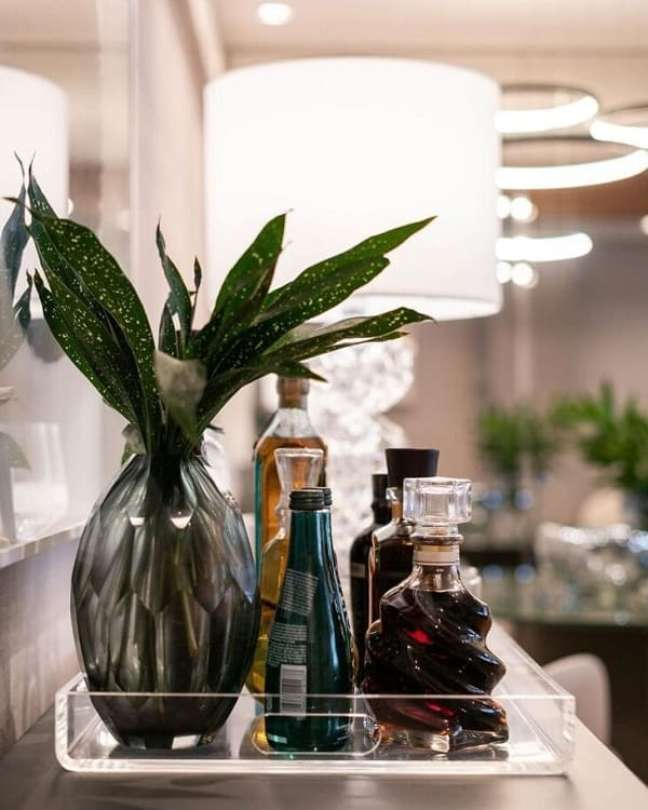 46. A bandeja bar de acrílico é clean e combina com diferentes decorações. Fonte: Roberta Pin