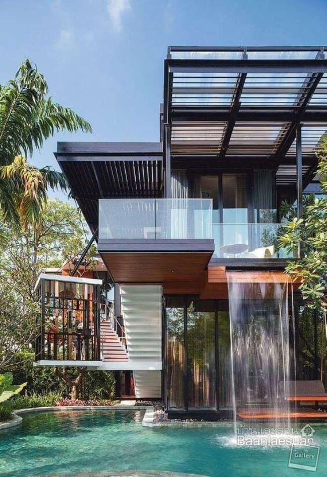 6. Mansão com cascata para piscinas modernas e janelas de vidro – Foto Pinterest