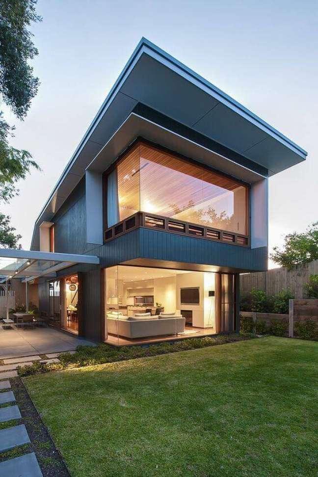 41. Cores para fachadas de casas modernas com porta de vidro para integrar a casa com o jardim – Foto Pinterest