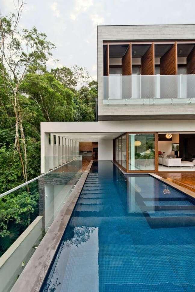 48. Cores para fachadas de sobrados com piscina na entrada – Foto Pinterest