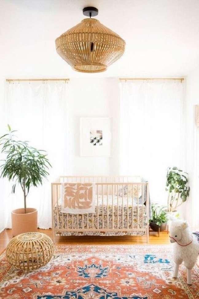 25. Elementos em madeira e vasos de planta podem compor a decoração do quarto de bebê com tema safári. Fonte: Revista Viva Decora