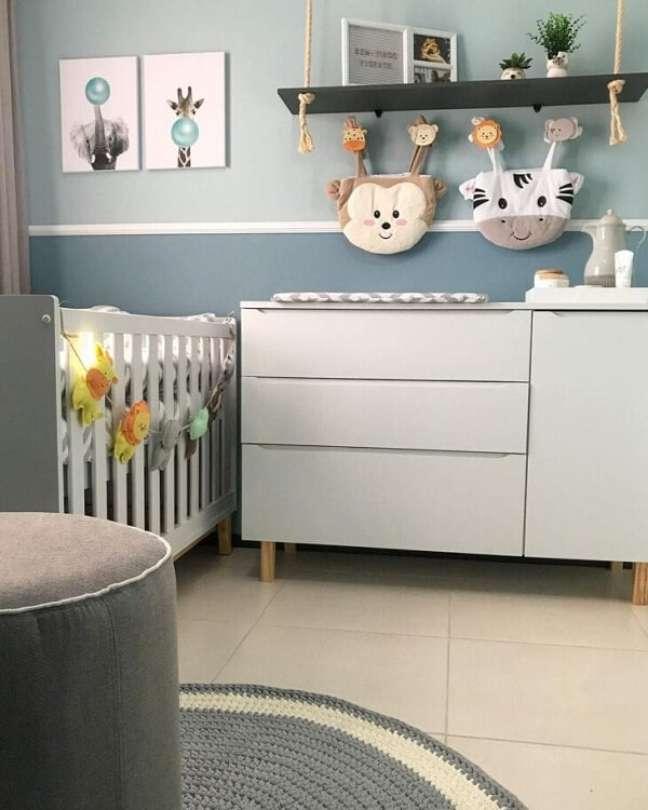 38. Os ganchos de parede do quarto de bebê decoração safári deixam o quarto mais divertido. Projeto de Kamilla Tavares Interiores