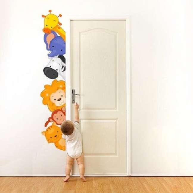32. O adesivo de quarto de bebê safári pode contornar a estrutura da porta. Fonte: Pinterest